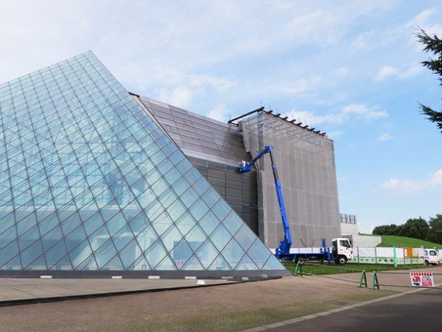 ガラスのピラミッド工事の様子