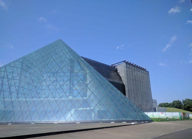 ガラスのピラミッド改修工事の様子