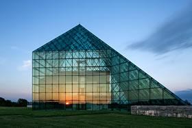 ガラスのピラミッドの写真
